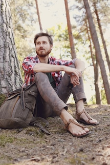 Homem caminhando na floresta