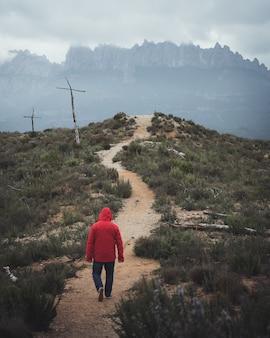 Homem caminhando na montanha