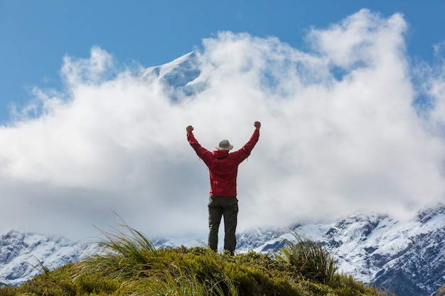 Homem caminhando na rota de trilha de caminhada com o parque nacional mount cook, região de belas montanhas. tramping, caminhadas na nova zelândia.