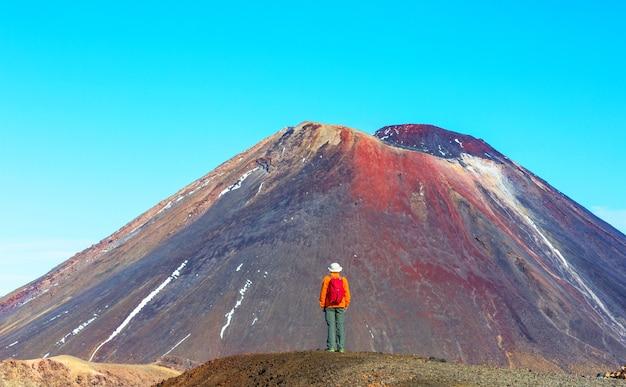 Homem caminhando na rota de trilha de caminhada com o vulcão da nova zelândia, tramping, caminhadas na nova zelândia.