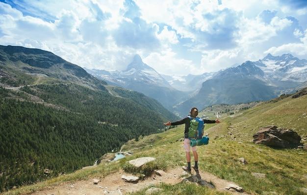 Homem caminhando para a montanha matterhorn no verão na região da cidade de zermatt, na suíça