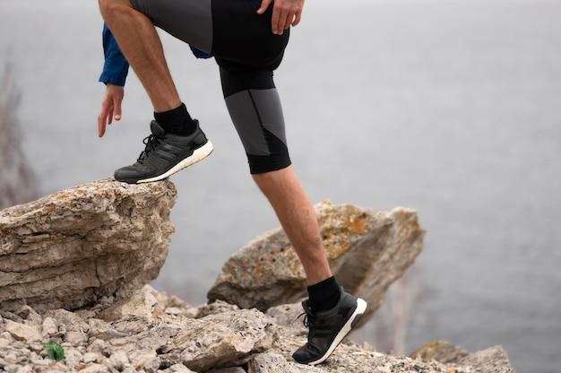Homem caminhando por rochas