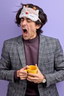 Homem cansado a bocejar, sem motivação para energia, jovem caucasiano quer dormir de manhã