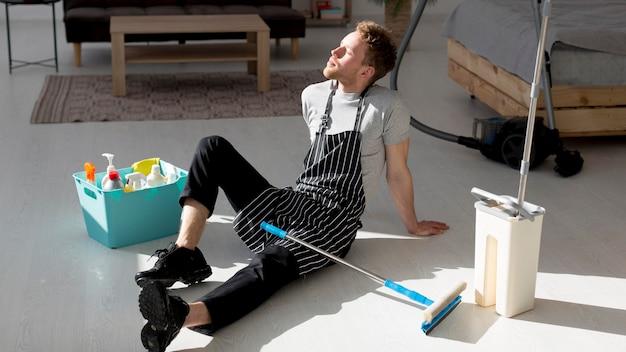 Homem cansado de chicotear chão