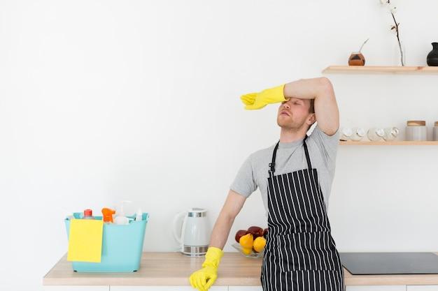 Homem cansado de limpeza
