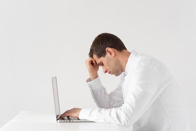 Homem cansado de tiro médio trabalhando