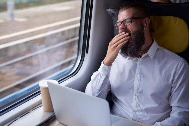 Homem cansado durante a viagem Foto gratuita