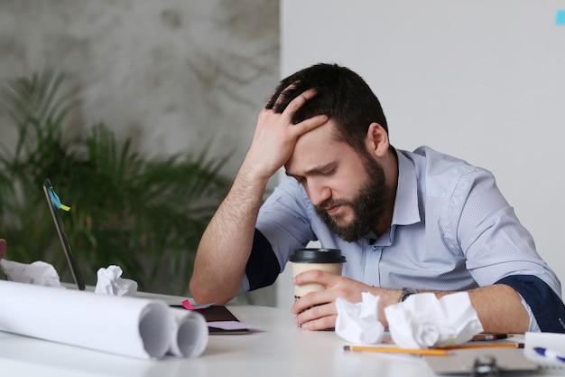 Homem cansado no trabalho