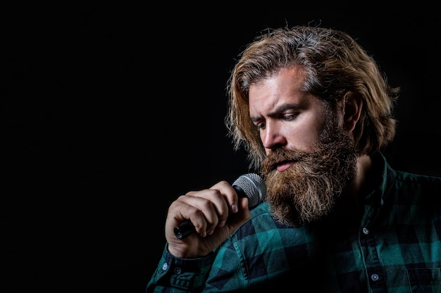Homem cantando com microfone.