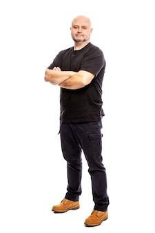 Homem careca adulto com os braços cruzados. altura total isolada em um fundo branco.