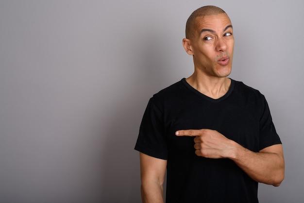 Homem careca bonito vestindo camisa preta cinza