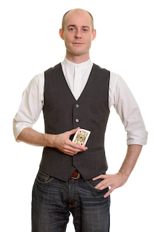 Homem careca e mágico com um cartão de valete de ouros