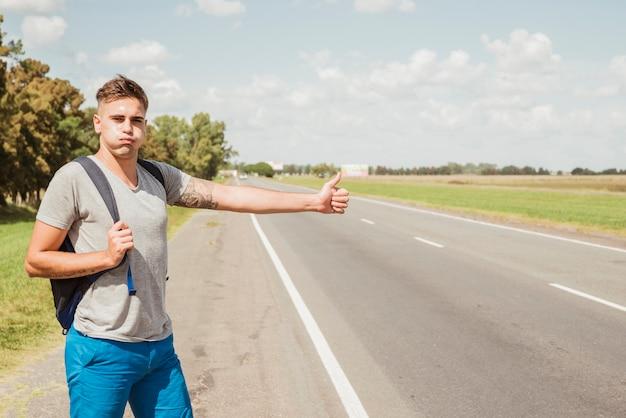 Homem, carona, estrada