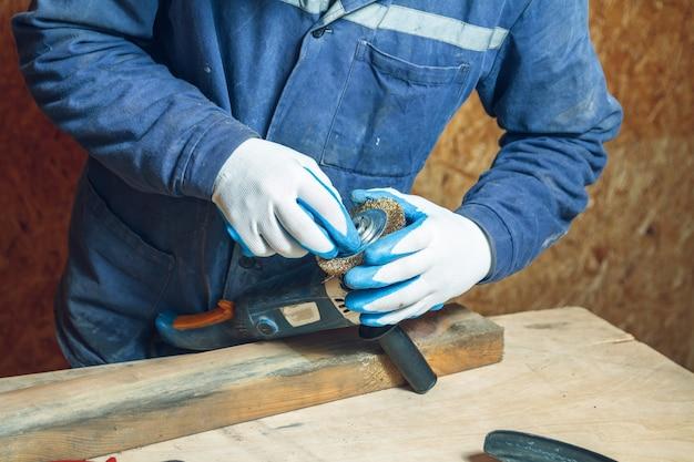 Homem carpinteiro consertando ferramentas de trabalho em sua oficina