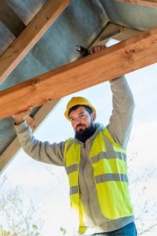 Homem carpinteiro trabalhando com visão baixa