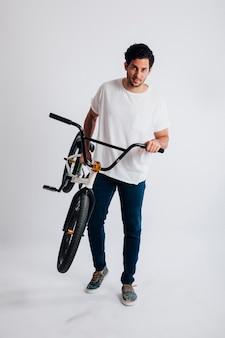 Homem carregando bmx bike
