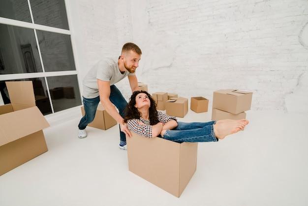 Homem carregando mulher na caixa