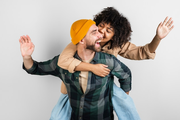 Homem carregando sua linda namorada