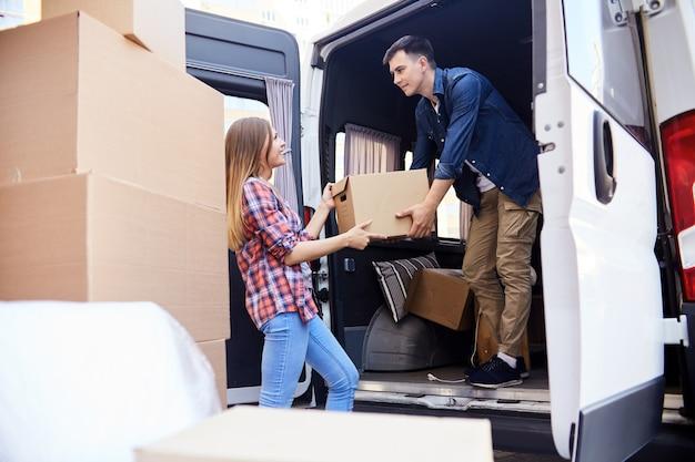 Homem carregando van em movimento