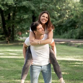 Homem, carregar, seu, namorada, ligado, seu, costas