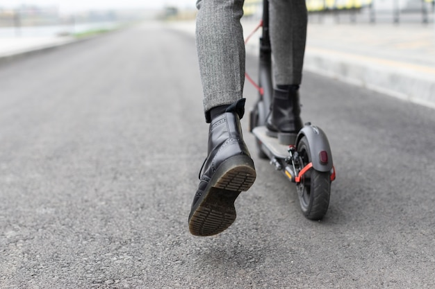 Homem casual andando de scooter elétrica