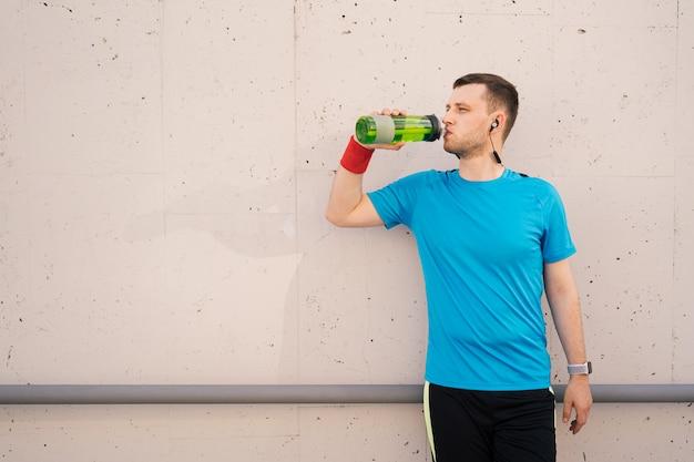 Homem caucasiano, água potável, durante, exercícios