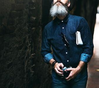 Homem caucasiano, andar, com, câmera película, em, ruela rua
