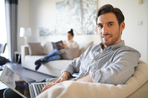 Homem caucasiano bonito com computador e mulher