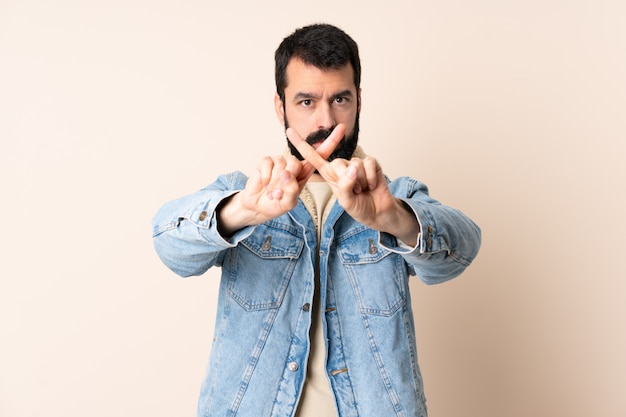 Homem caucasiano, com, barba, isolado, fazendo, parada, gesto, com, dela, mão, para, parar, um, ato