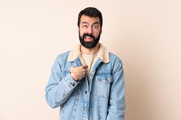 Homem caucasiano com barba mais isolado apontando para si mesmo