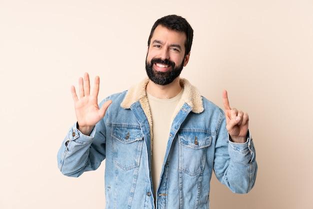 Homem caucasiano, com, barba, sobre, parede isolada, contando seis, com, dedos
