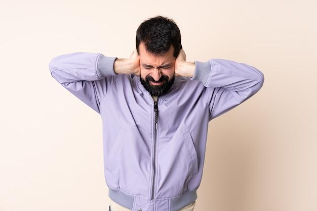 Homem caucasiano com barba, vestindo uma jaqueta