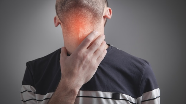 Homem caucasiano com dor de garganta.