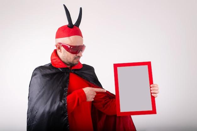 Homem caucasiano com fantasia de halloween, demonstrando placa de identificação vazia