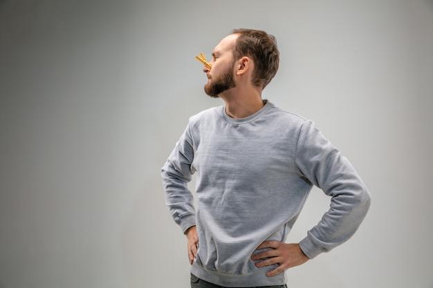 Homem caucasiano com fecho de proteção respiratória contra