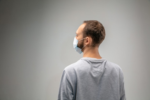 Homem caucasiano com máscara de proteção respiratória contra poluição do ar