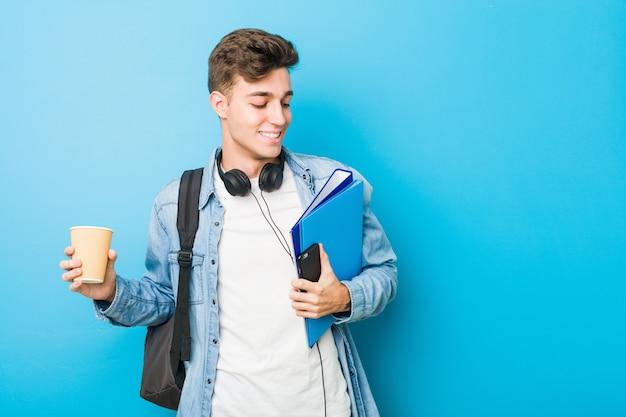 Homem caucasiano de adolescente pronto para ir à escola