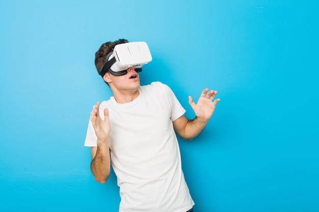 Homem caucasiano de adolescente usando um óculos de realidade virtual