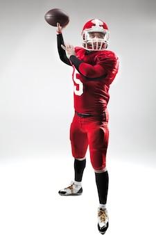 Homem caucasiano de fitness como jogador de futebol americano segurando uma bola em branco