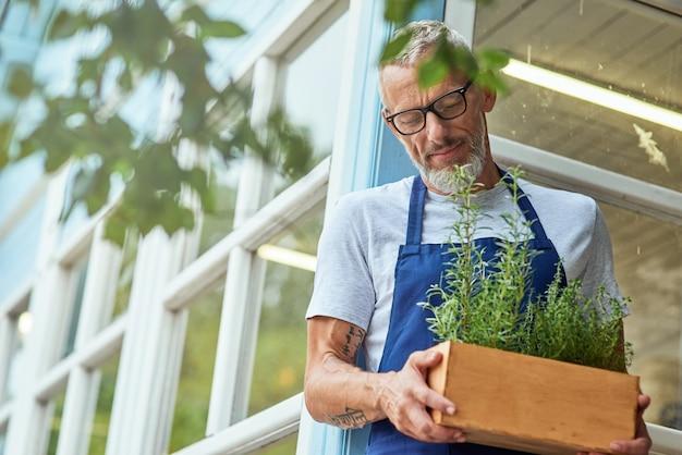 Homem caucasiano de meia-idade com ervas picantes na caixa