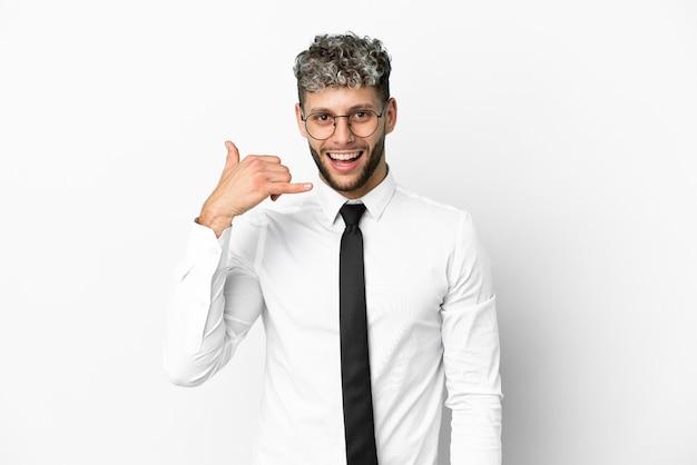 Homem caucasiano de negócios isolado no fundo branco, fazendo gesto de telefone. ligue-me de volta sinal
