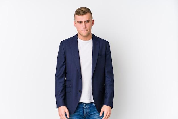 Homem caucasiano de negócios jovem confuso, sente-se duvidoso e inseguro.