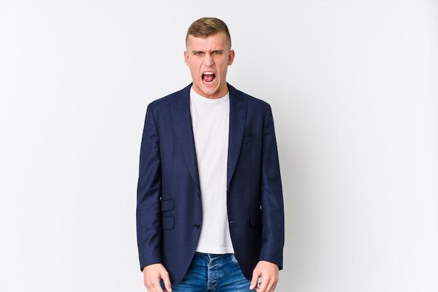 Homem caucasiano de negócios jovem gritando muito irritado e agressivo.