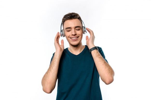 Homem caucasiano é escuta música em fones de ouvido.