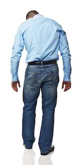 Homem caucasiano em pé, retrovisor isolado no branco