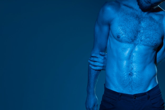 Homem caucasiano em tons de azul