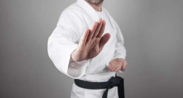 Homem caucasiano fazendo caratê. artes marciais Foto Premium