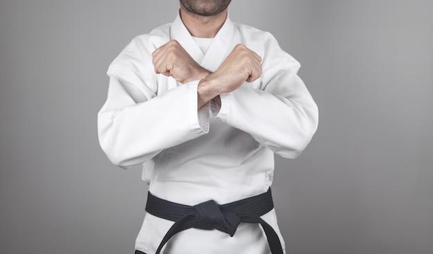 Homem caucasiano fazendo caratê. artes marciais