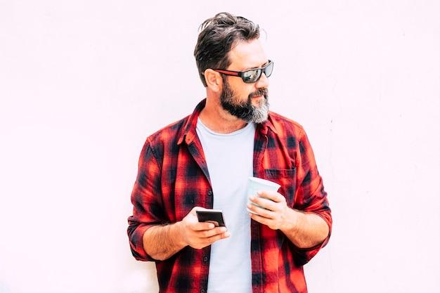 Homem caucasiano hippie com tecnologia de telefone celular