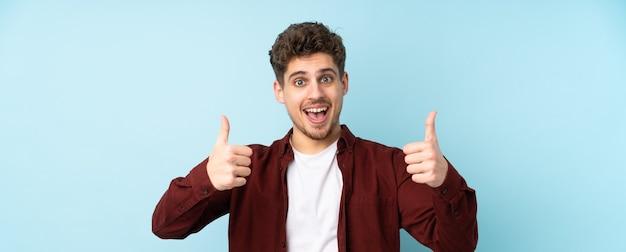 Homem caucasiano isolado fundo fazendo um gesto de polegar para cima